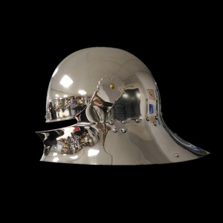 Gothique sallet : ordinary soldier polishing
